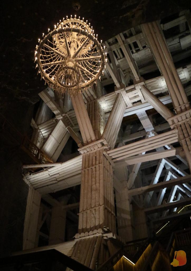 Se observan los dinteles que sostienen el techo de una de las cámaras y una lámpara de araña hecha de sal