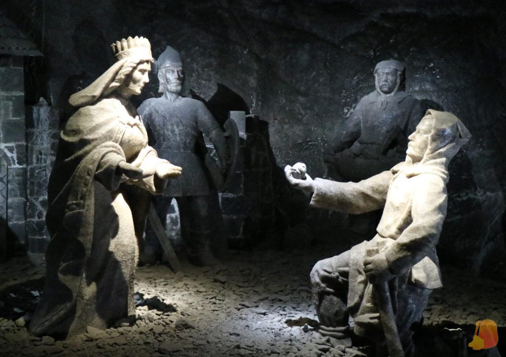 Se ven estatuas de sal que representan la leyenda: un minero arrodillado enseña a Kinga la pepita de sal con el anillo.