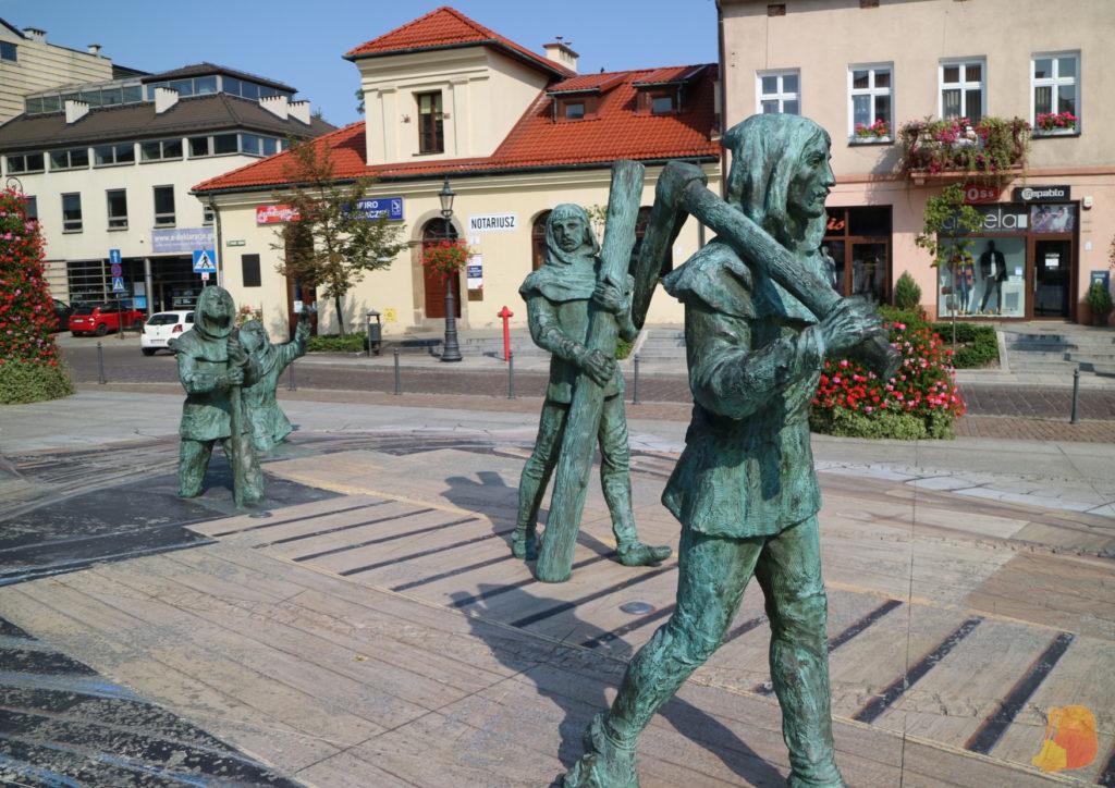 Las estatuas de 4 mineros saliendo de la mina decoran el centro de la plaza del pueblo.