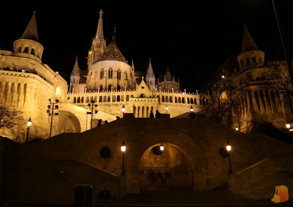 El Bastión de los Pescadores de noche e iluminado visto desde las escaleras desde el otro lado