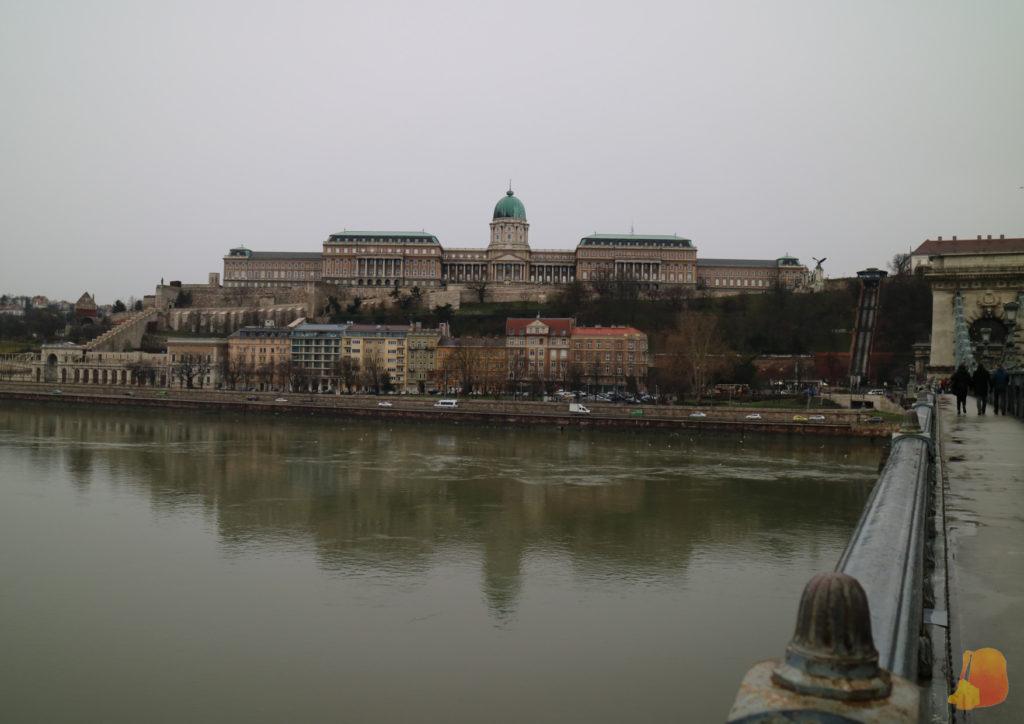 Castillo Real y su reflejo en el Danubio visto desde el Puente de las Cadenas