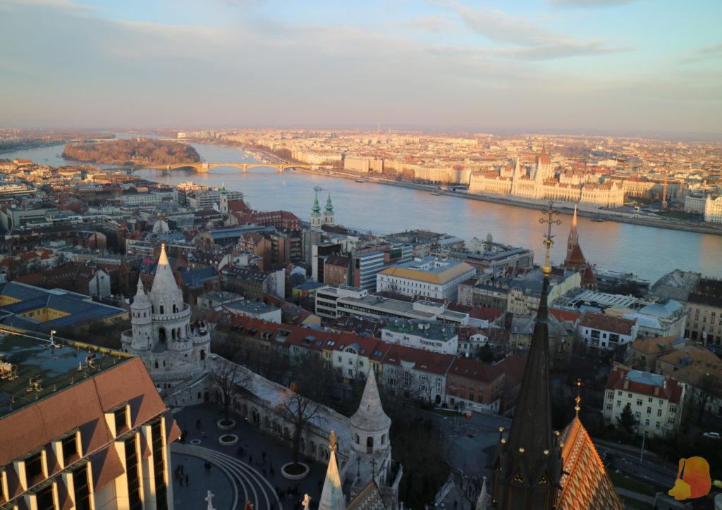 Desde el campanario se ve la Isla de Santa Margarita en medio del Danubio, el Parlamento e, incluso, parte del Bastión de los Pescadores