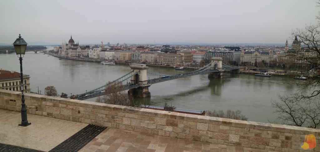 Vistas del lado de Pest: en primer plano el Puente de las Cadenas y al fondo el Parlamento