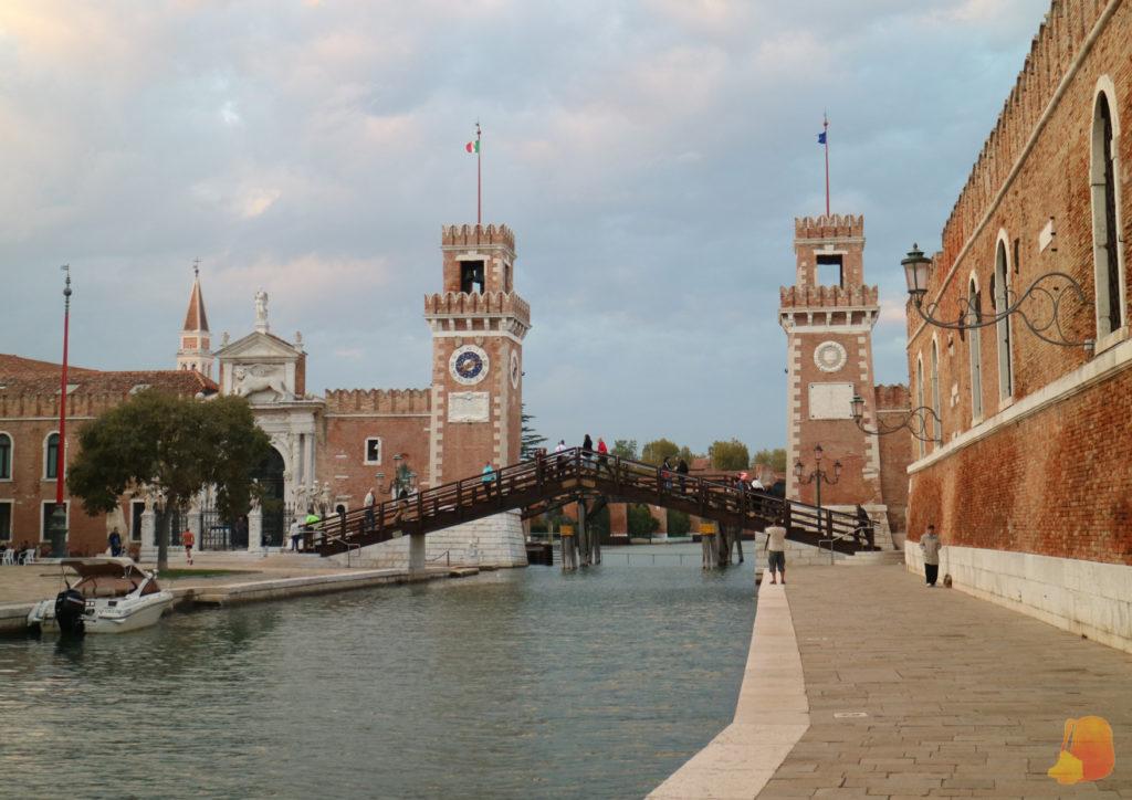 Dos torres de ladrillo flanquean el canal por el que entraban y salían los barcos