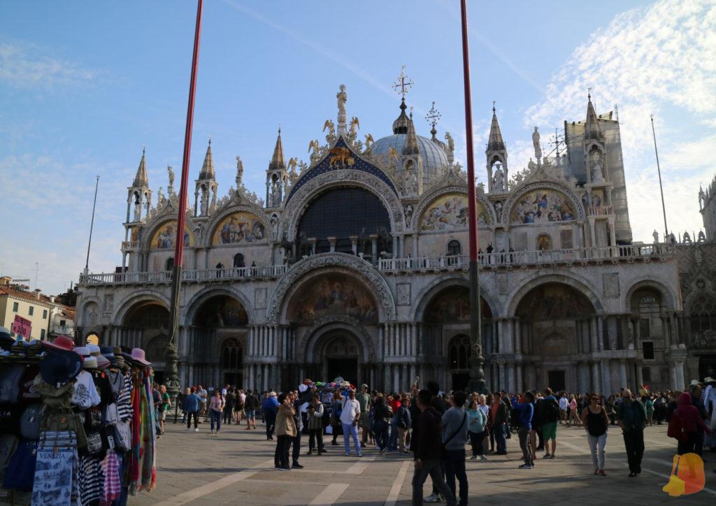 La Basilica de San Marcos es muy imponente y tiene una decoración muy suntuosa