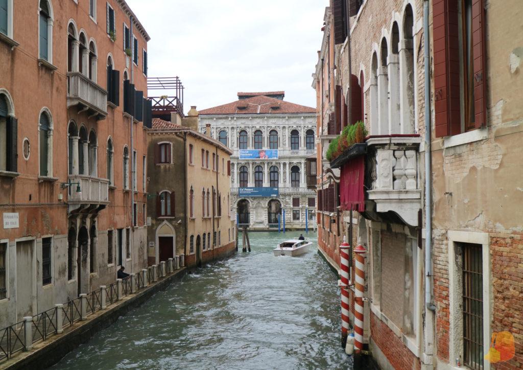 Un canal y al fondo la fachada de Ca' Pessaro