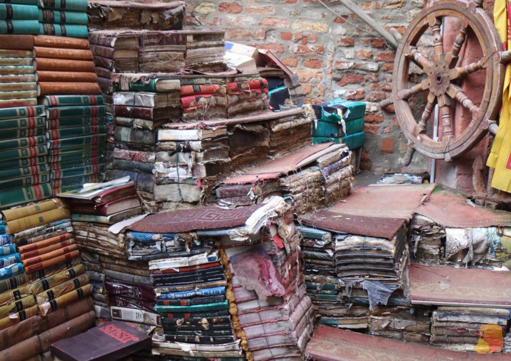 Con los libros mojados han hecho una escalera en el patio