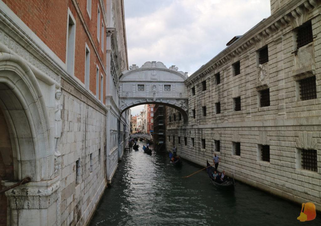 Sobre el canal, el Puente de los Suspiros une el Palacio Ducal con la prisión.