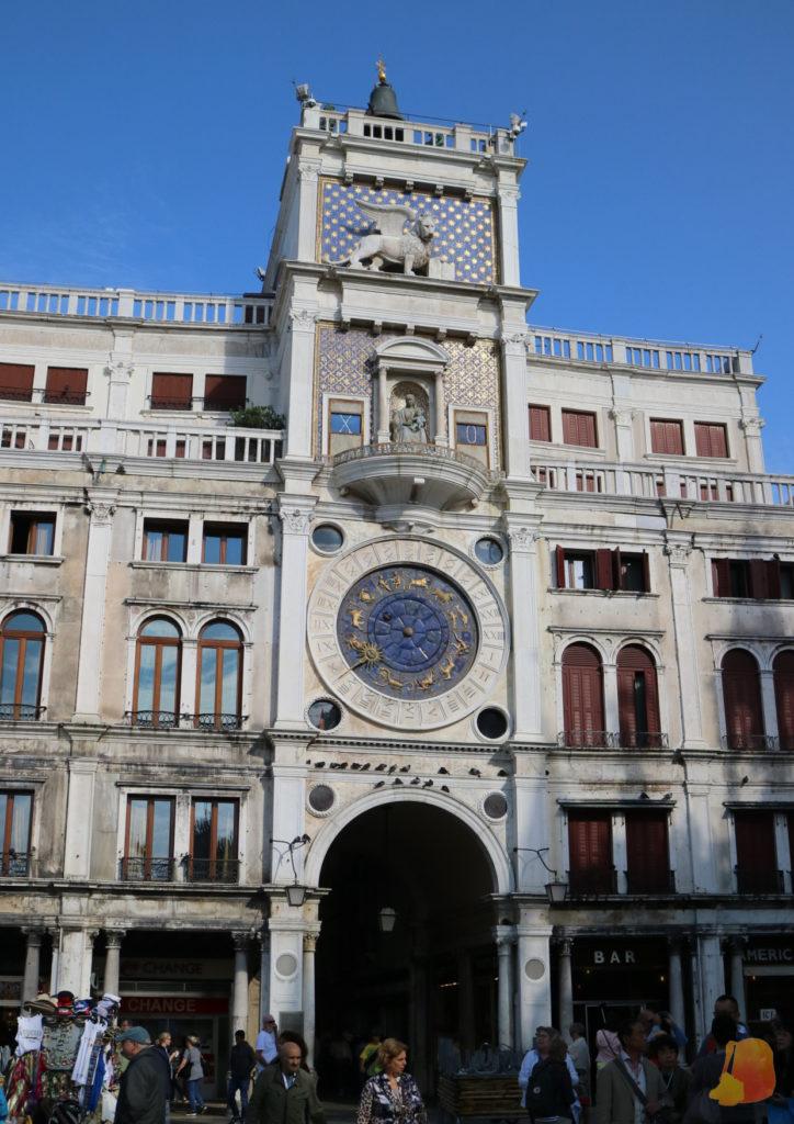 En el primer piso destaca el reloj astronómico y en el último el león, símbolo de la ciudad
