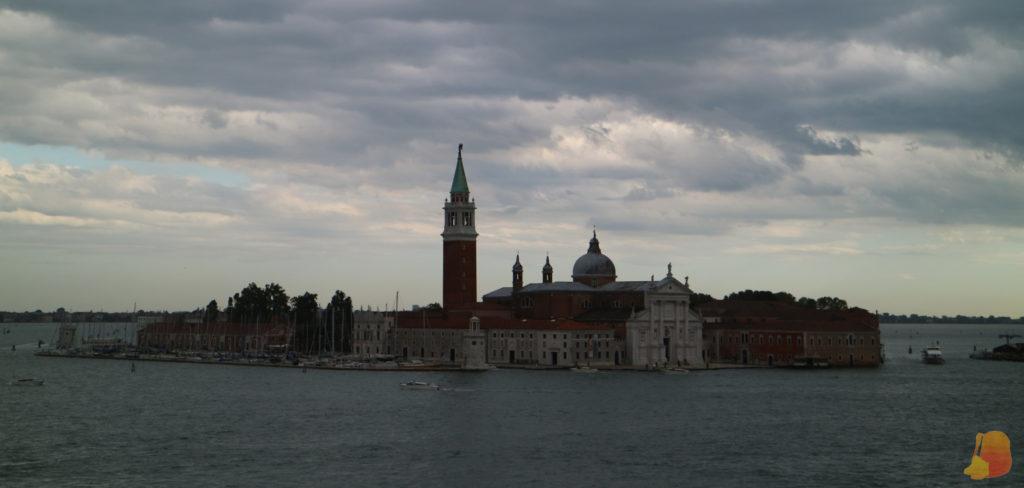 En una isla aislada se encuentra la Iglesia de San Giorgio Maggiore. Destaca su torre