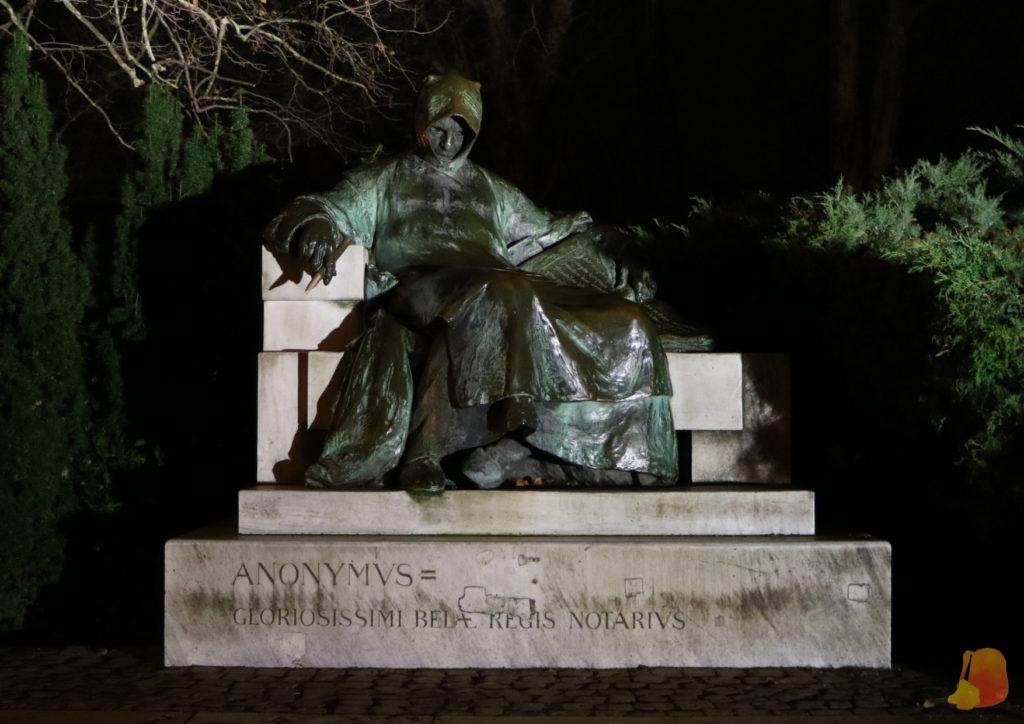 En la escultura el señor aparece sentado vistiendo capa. Es un poco siniestra de noche
