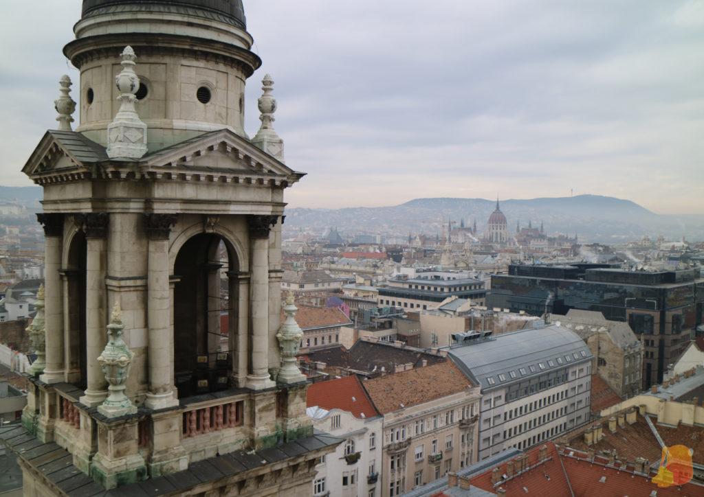 Se ve una de las torres de la Basilica y las vistas hacía el lado del Parlamento