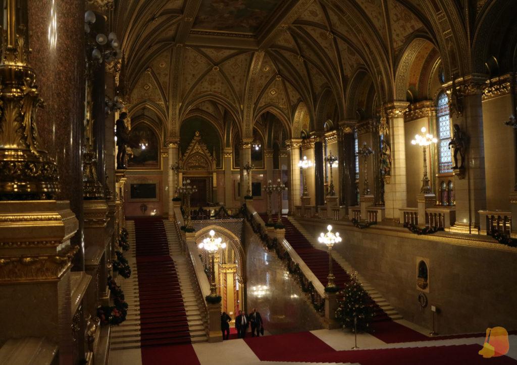 Gran escalera de entrada principal al Parlamento con su alfombra roja y todas las decoraciones de oro