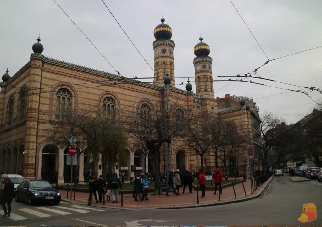 El edificio es muy grande y tiene dos torres coronadas por esferas negras