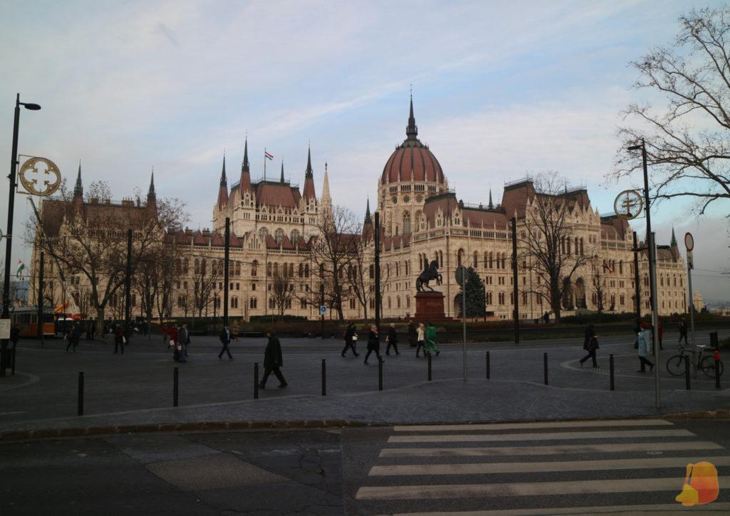 Vista del edificio desde el lado opuesto al Danubio