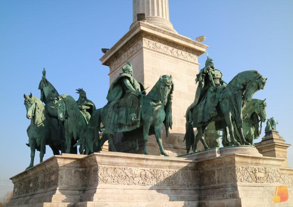 En torno a la columna central se ven los 7 jefes tribales a caballo
