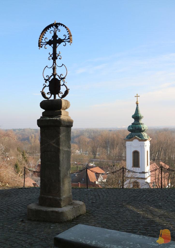 Cruz conmemorativa. Detrás se ve la torre de una iglesia