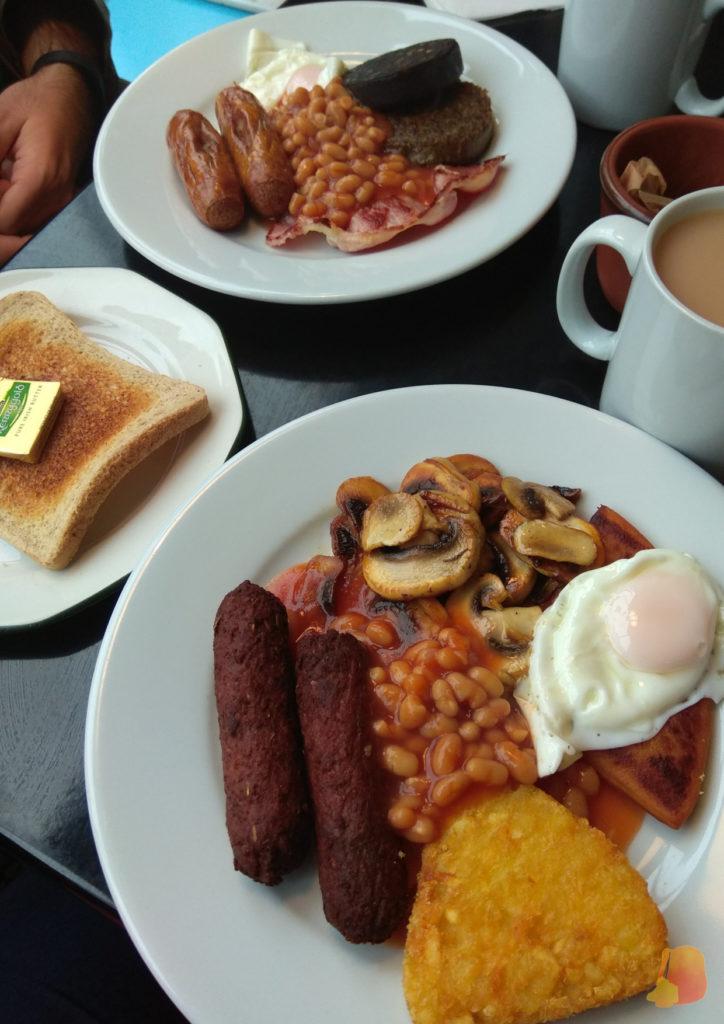 Dos platos de Scottish Breakfast, uno de ellos vegetariano