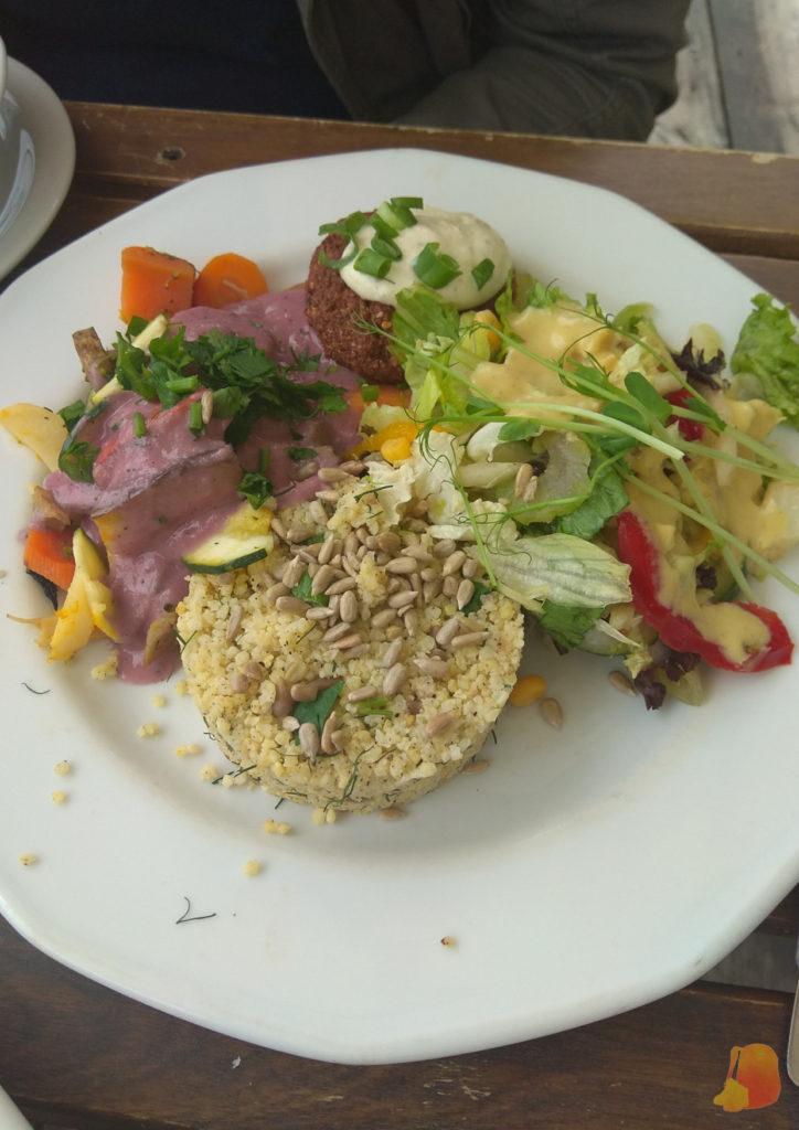 Plato con falafel, verduras, ensalada y quinoa