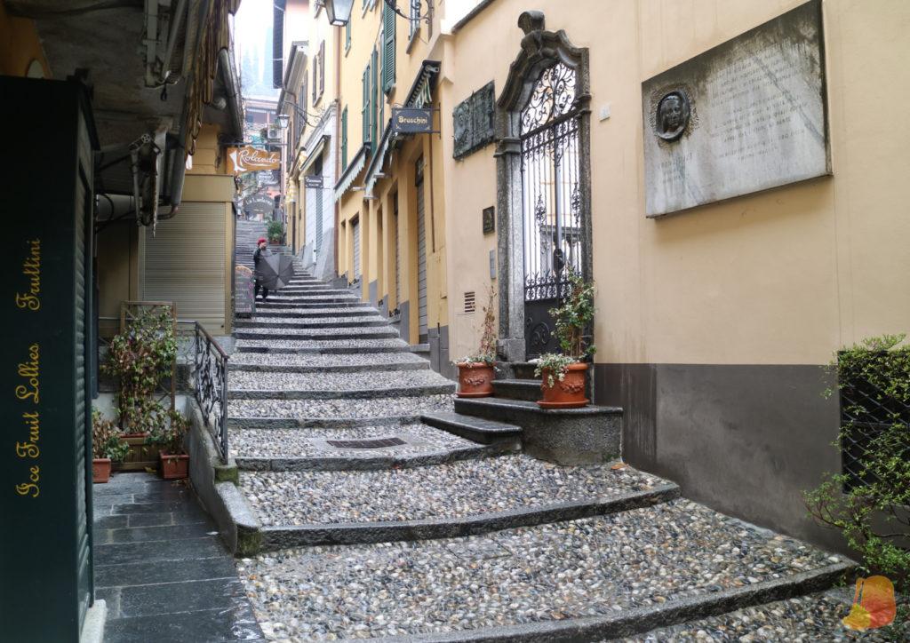 Calle empedrada y escalonada del centro de Bellagio