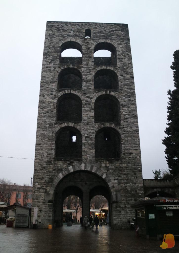 Torre defensiva con puerta de la ciudad y cuatro filas de ventanas por encima.