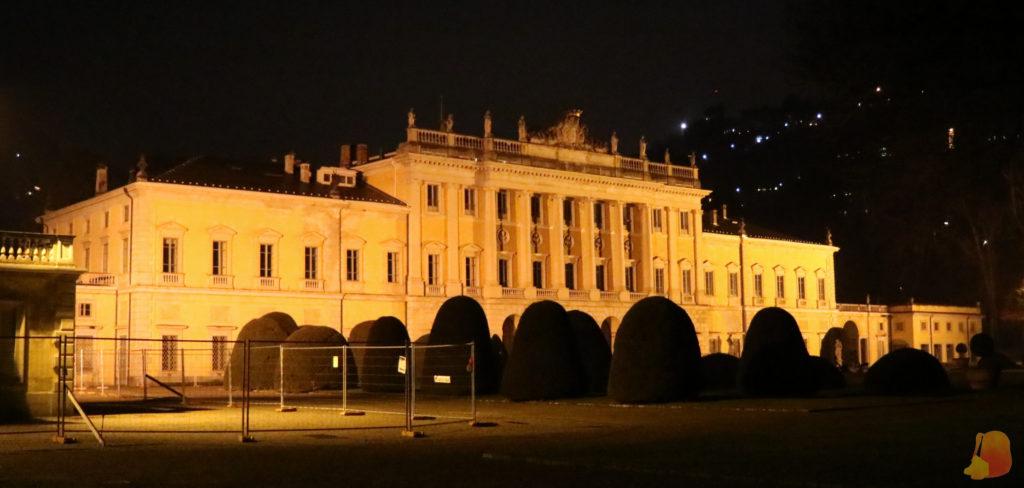 Se ve la Villa Olmo, una mansión gigantesca de estilo neoclásico