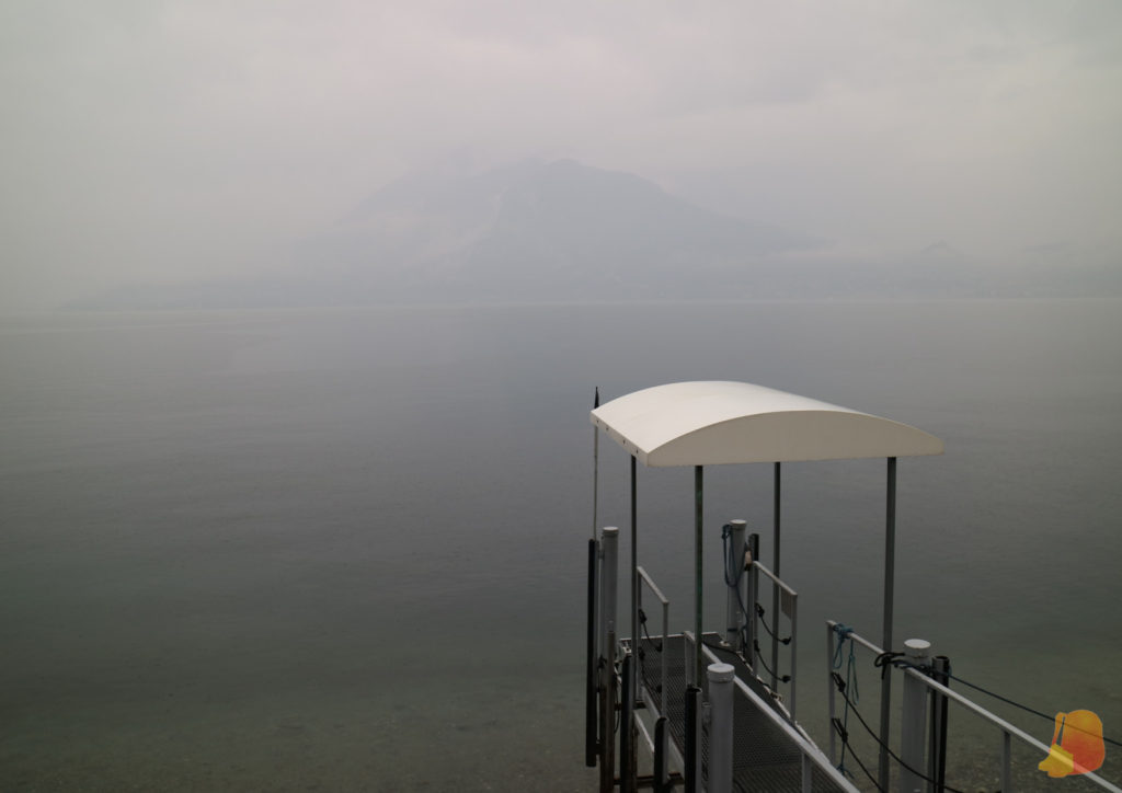 Se ve un embarcadero en primer plano y en segundo plano no se distingue nada por la niebla.