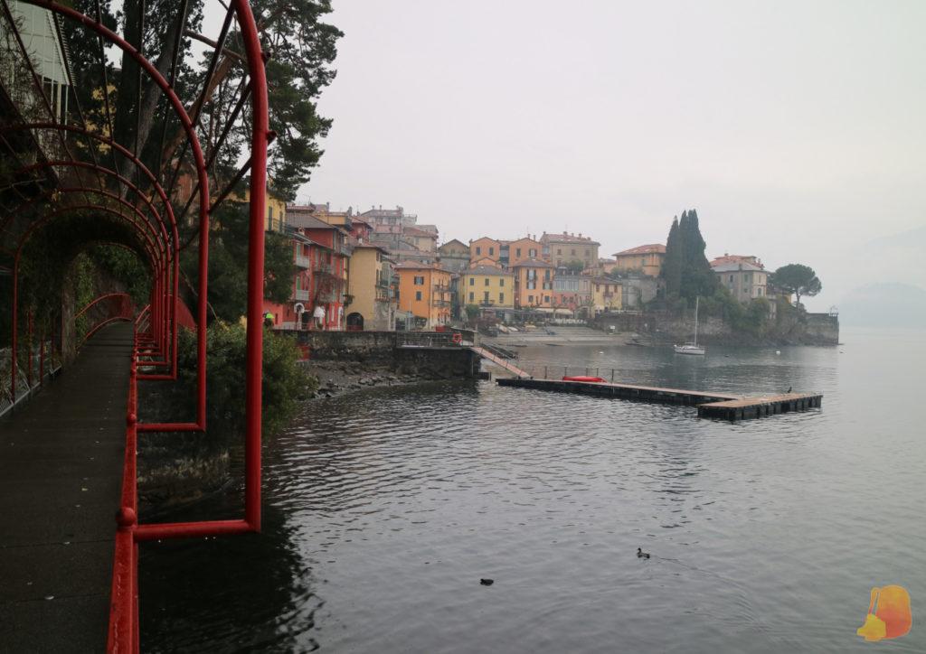 Vistas de la ciudad desde una pasarela con hierros rojos. Se ven casas de colores y unas pasarelas que se adentran en el lago.