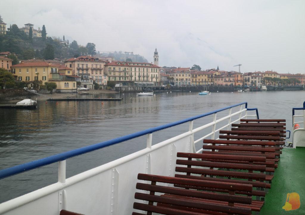 Vistas de Mennaggio desde el barco. Destaca una torre y las casas amarillas y naranjas que dan al lago.