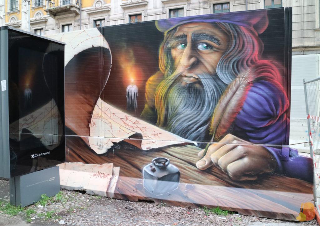 Graffiti de Leonardo Da Vinci en las calles de Milán. Sale un señor con barba escribiendo en pluma sobre un pergamino.