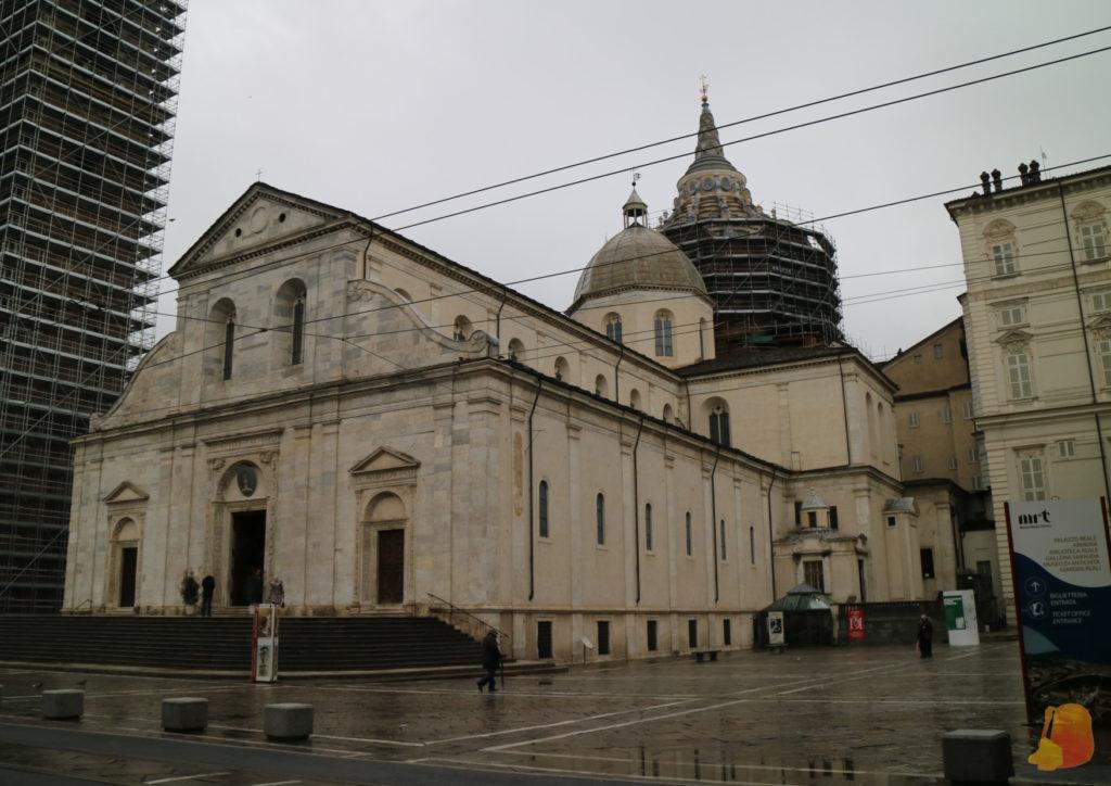 La catedral es de piedra blanca y la cúpula estaba rodeada de andamios