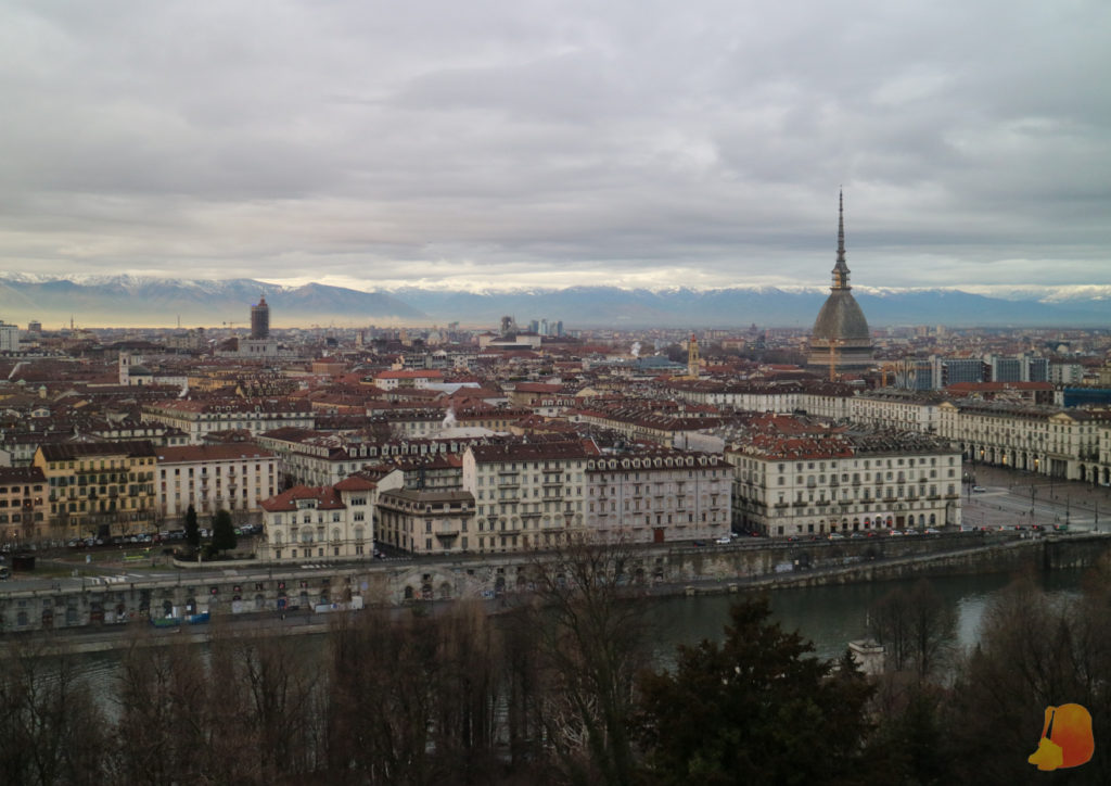 Vistas de la ciudad. Destaca la Mole y de fondo los Alpes nevados.