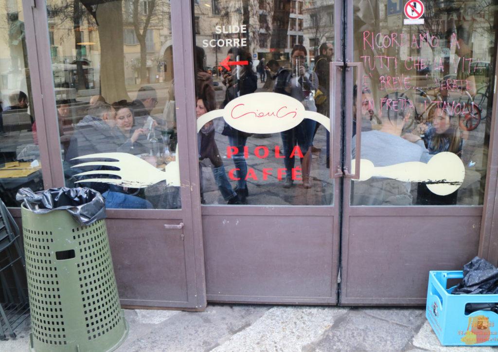 Puerta corredera de la terraza del Piola Caffe