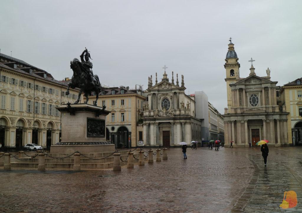 En primer plano la estatua ecuestre de Manuel Filiberto. Detrás las dos iglesias gemelas.