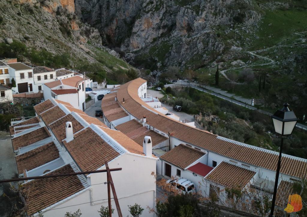 Casas blancas con tejados de teja adosadas una a otras y colocadas escalonadamente en la montaña