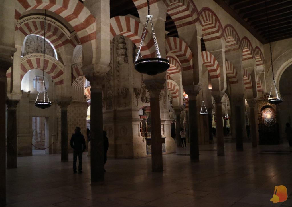 Arcos de doble arcada blancos y rojos. Son la postal típica de la Mezquita de Córdoba