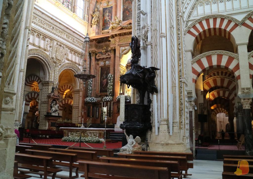 Se ve el Altar de la Mezquita-Catedral de Córdoba desde un lateral.