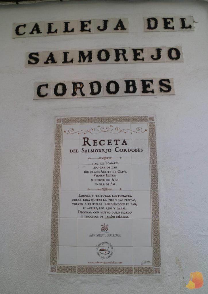 Azulejos decorativos con la receta del salmorejo cordobés escrita