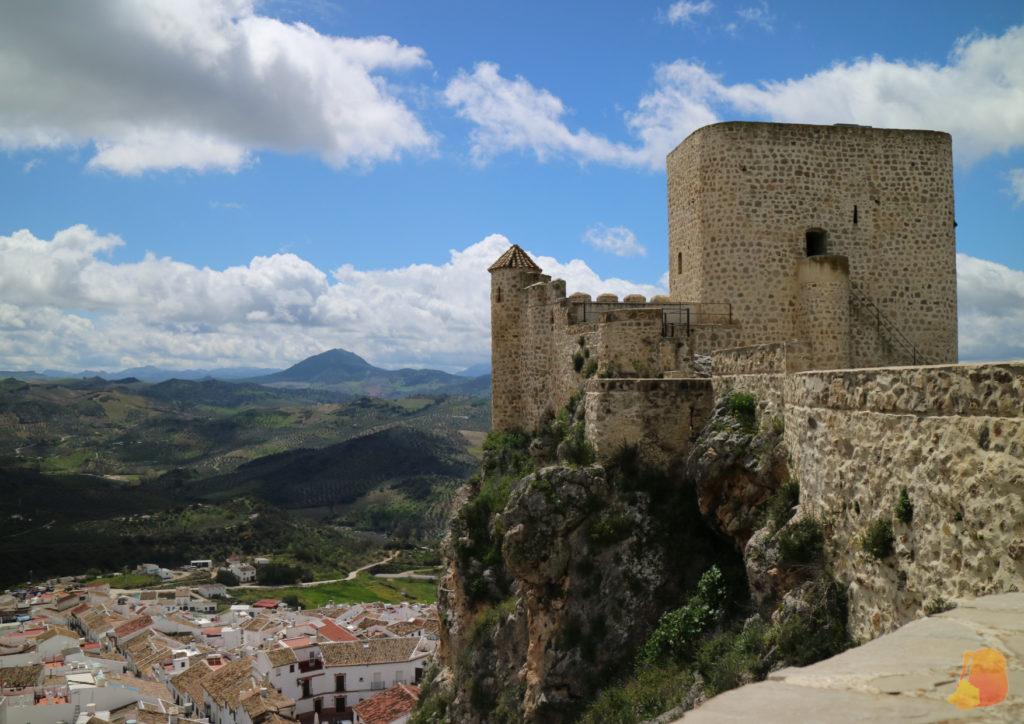 Se ve la Torre y bajo ella parte del pueblo.