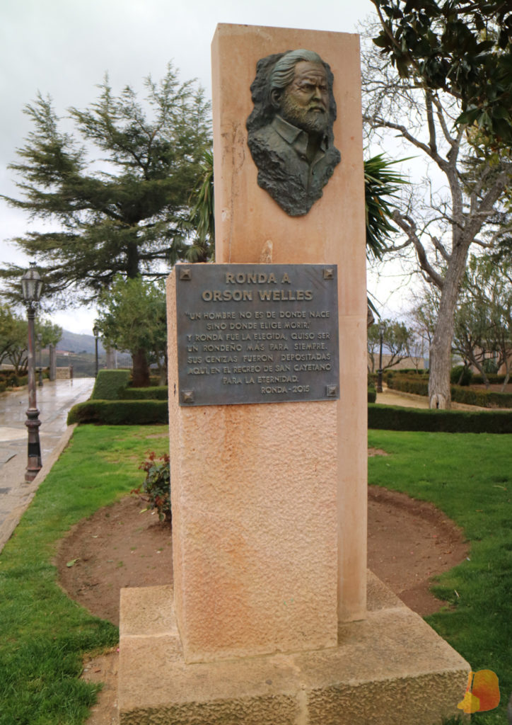 Monumento de piedra beige con el busto de Orson Welles y una placa conmemorativa