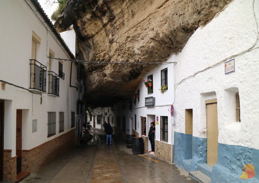 La calle transcurre por debajo de la roca, por lo que está permanentemente en sombra.