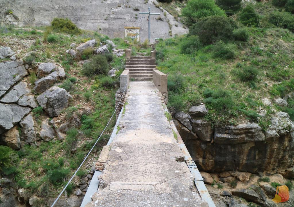 Puente del antiguo camino. Sin barandillas y de hormigón