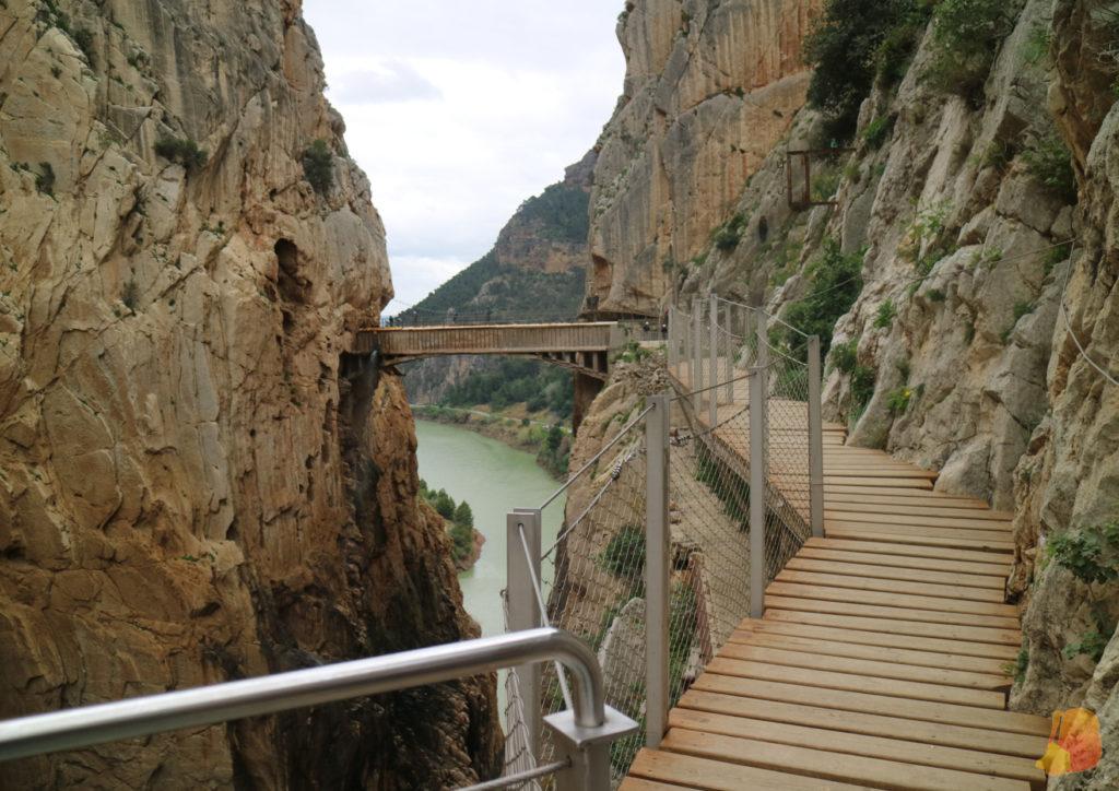 Pasarela junto a una de las paredes del desfiladero y un puente para cruzar al otro lado