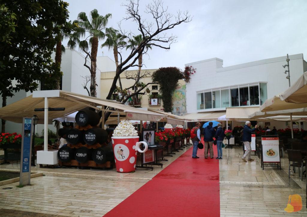 Una alfombra roja con motivo del Festival de Malaga nos guia a la entrada del Pimpi