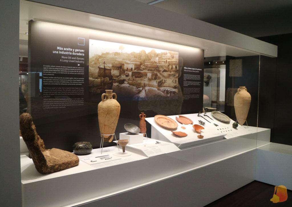 Vitrina con anforas y otras cerámicas