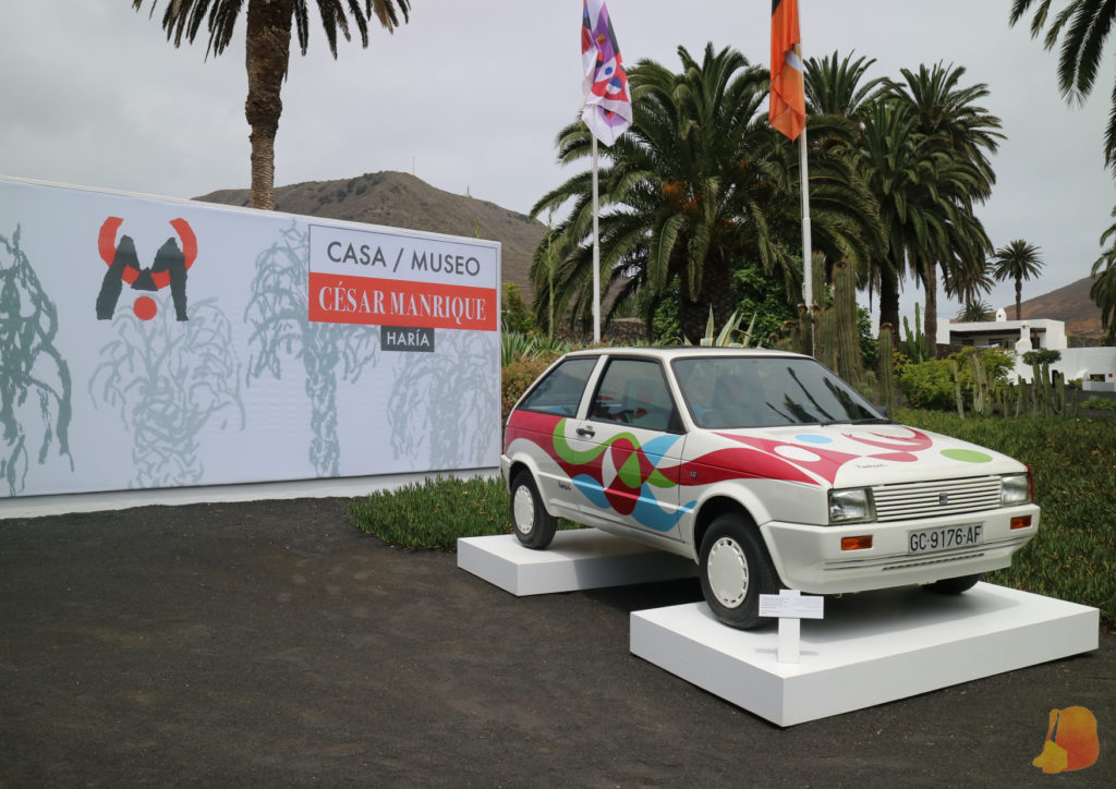 A la entrada de la Casa Museo se puede ver un coche pintado por el artista