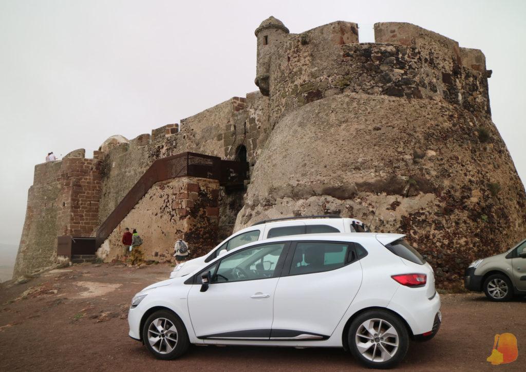 Castillo de piedra marrón. Para acceder hay que subir unas escaleras