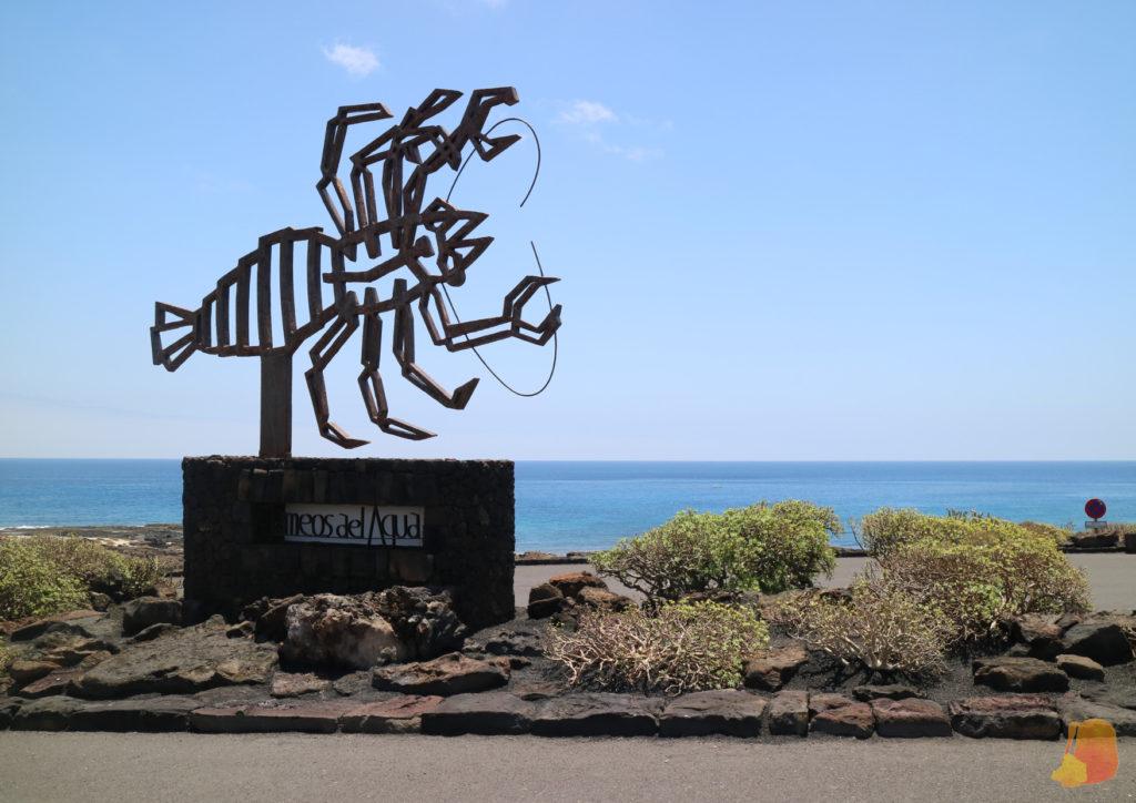 La escultura de un cangrejo en acero cortén marca la entrada de los Jameos del Agua