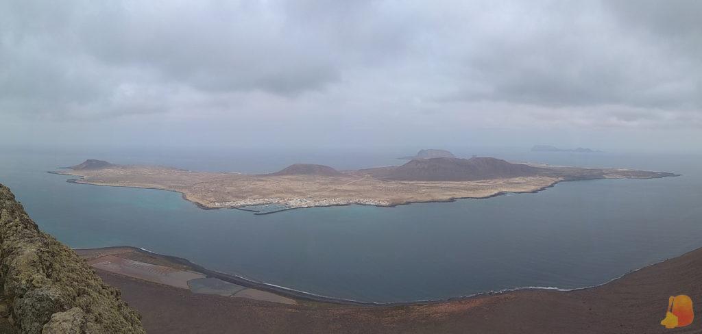 Vistas de la Isla de la Graciosa. Se intuyen otros de los islotes que forman el Archipielago