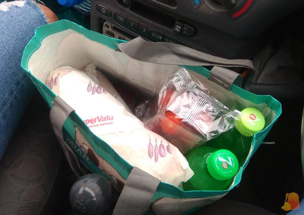 Bolsa de la compra con bocadillos y refrescos